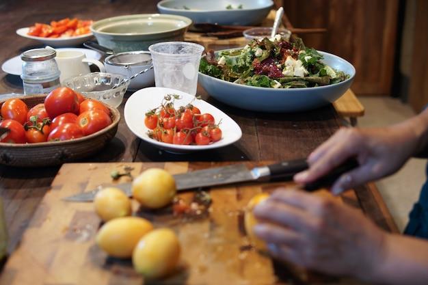 Frau bereitet das kochen vor, das gemüsesalat in der küche macht