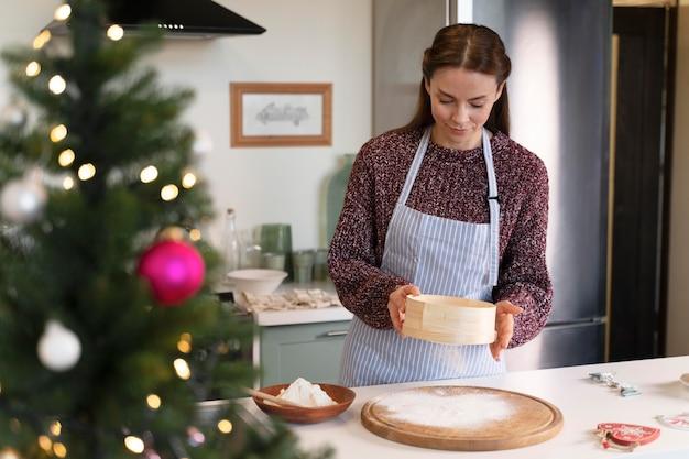 Frau bereitet die leckereien des weihnachtsessens für ihre familie vor
