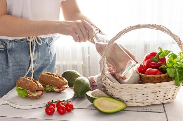 Frau bereitet einen picknickkorb vor