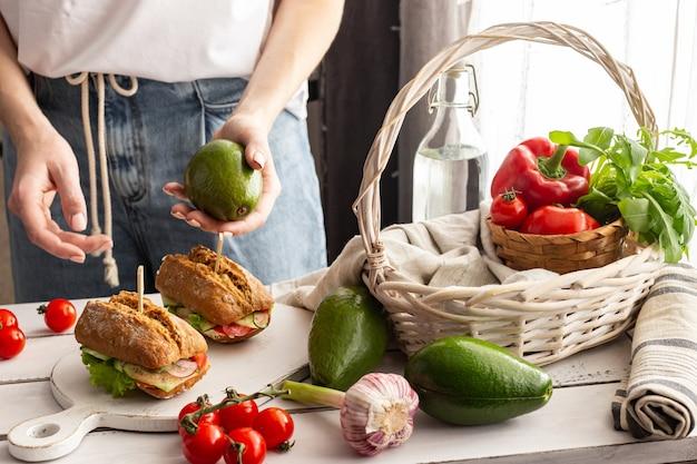 Frau bereitet einen picknickkorb vor Premium Fotos