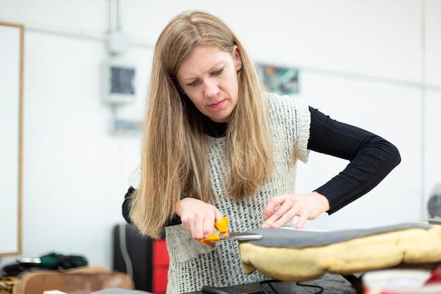 Frau bereitet einen sitz für die polsterung vor preparing