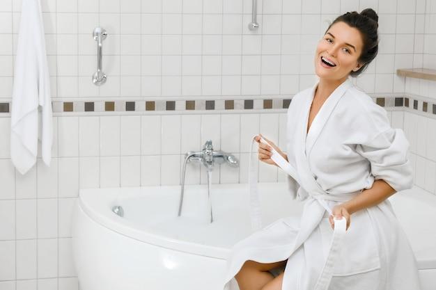 Frau bereitet sich auf ein bad vor