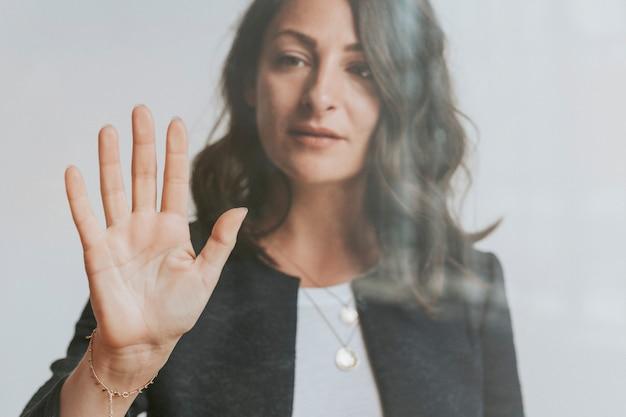 Frau berührt einen bildschirm mit ihrer handfläche