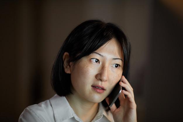 Frau beschäftigt am telefon