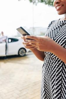 Frau bestellt ein taxi am telefon