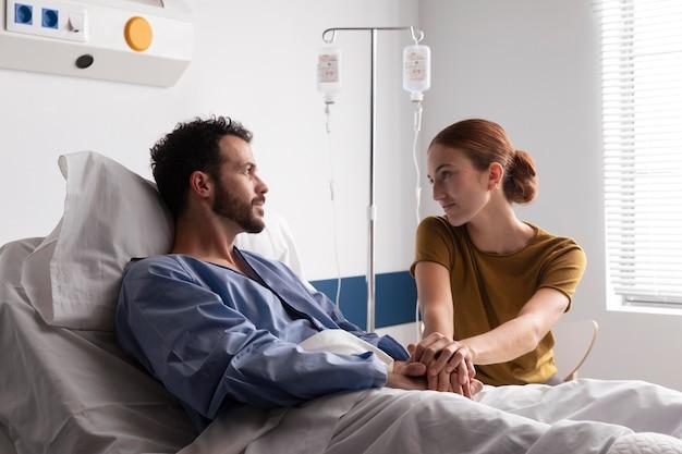 Frau besucht ihren kranken ehemann