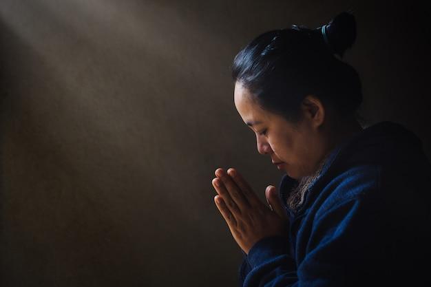 Frau bete um gottes segen, um ein besseres leben zu haben.