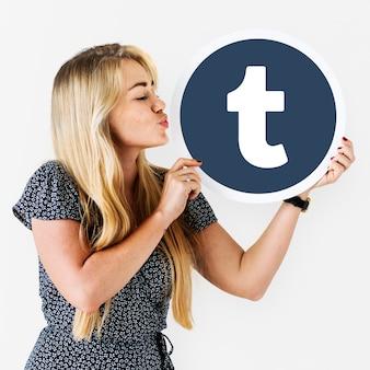Frau bläst einen kuss auf eine tumblr-symbol
