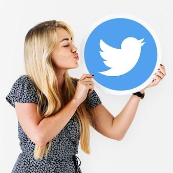 Frau bläst einen kuss auf eine twitter-symbol