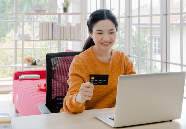 Frau bleiben zu hause und kreditkarte