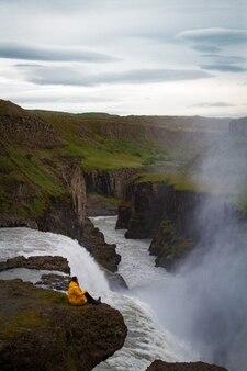Frau bleibt auf wasserfall in island verstecken wasserfall in island a