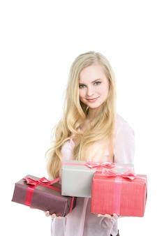 Frau blond und geschenkboxen auf weiß.