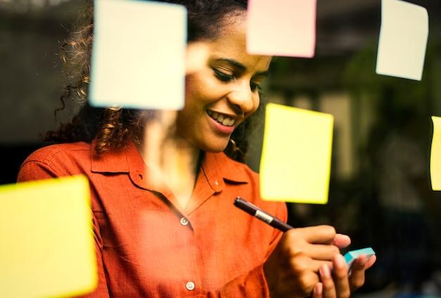 Frau brainstorming für kreative ideen