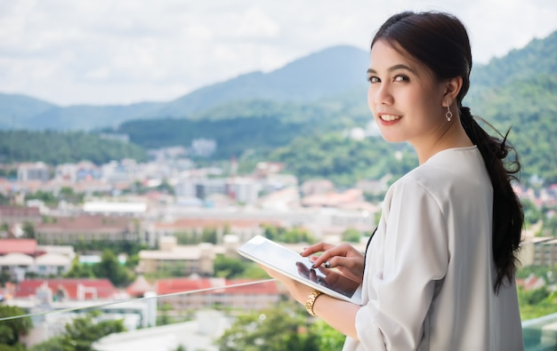 Frau broker benutzt ihr tablet. handel und verkauf von grundstücken und immobilien