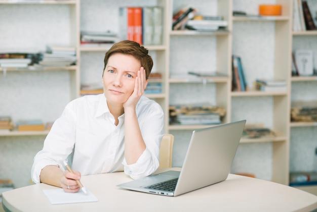 Frau büroangestellter ist verärgert und schmerz hält für kopfgesundheit krankheit müdigkeit zu fühlen