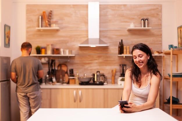 Frau chattet mit einem anderen mann mit smartphone und betrügt ehemann. frustriert beleidigt irritiert beschuldigt frau der untreue, die sie beschuldigt.