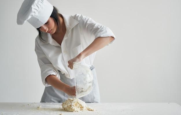 Frau chef, die teighaushalt gesundes essen vorbereitet