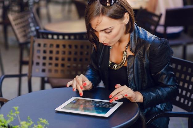 Frau das senden einer e-mail auf ihrem tablet