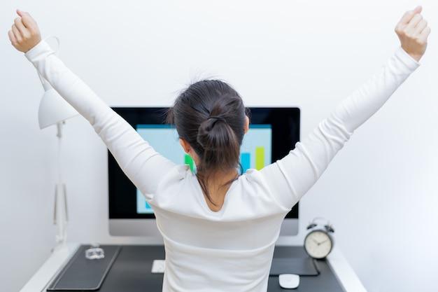Frau dehnt sich nach langer arbeit aus. stressfrei und entspannen