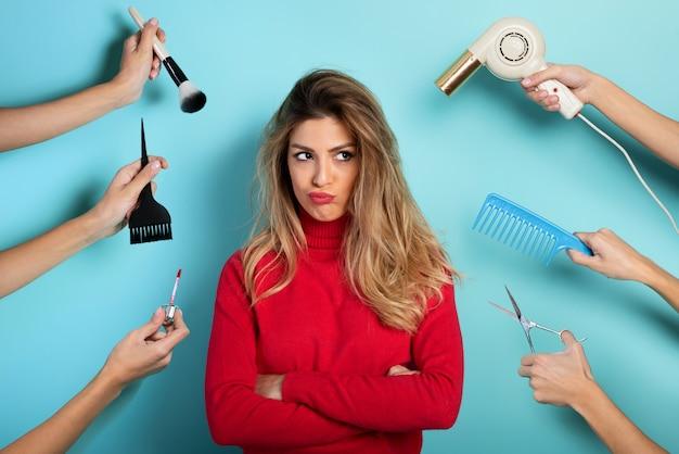 Frau denkt, make-up und frisur zu tun. konzept von schönheit und mode