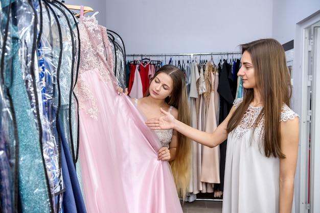 Frau denkt über den kauf eines neuen kleides nach