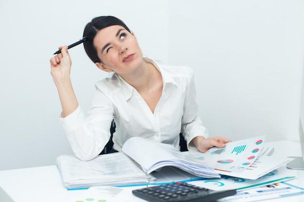 Frau denkt während des arbeitsprozesses