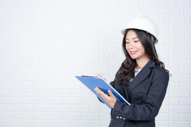 Frau der technik, die dokumente hält