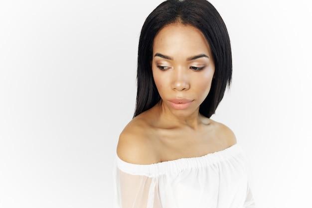 Frau des afrikanischen aussehens modische frisurkosmetik, die nahaufnahme aufwirft