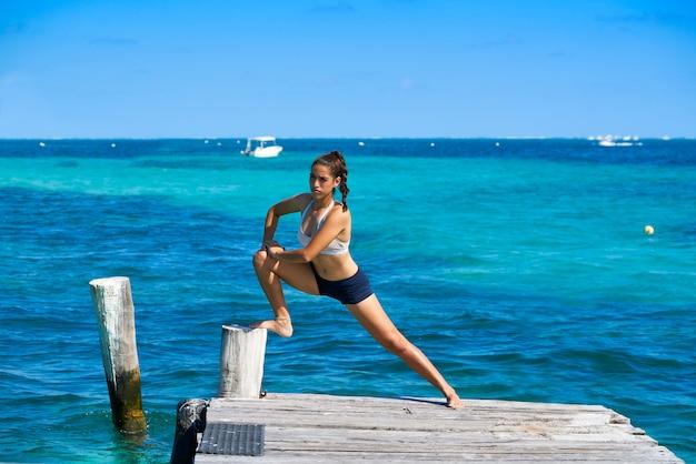 Frau des lateinischen athleten, die in karibische meere ausdehnt