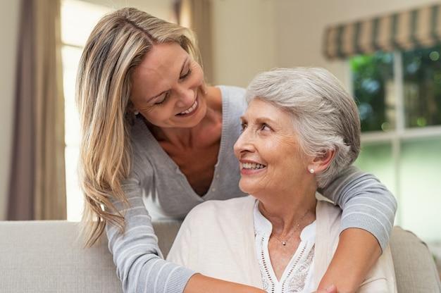 Frau, die ältere mutter umarmt