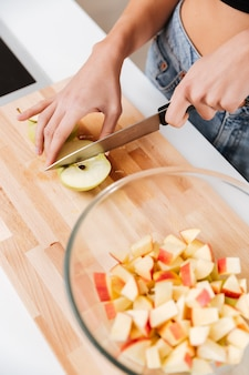 Frau, die äpfel schneidet