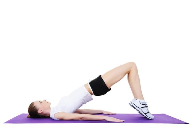 Frau, die aerobe übungen macht - lokalisiert auf weiß