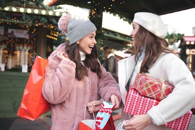 Frau, die aktuell gemachten weihnachtseinkauf bespricht