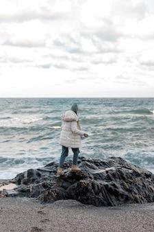 Frau, die allein am strand reist