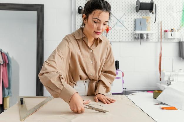 Frau, die allein in ihrer werkstatt arbeitet