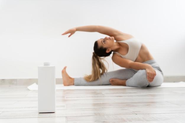 Frau, die allein zu hause yoga macht