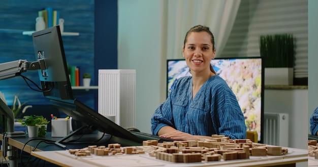 Frau, die als ingenieur arbeitet und gebäudemodell entwirft