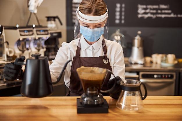 Frau, die alternative brühmethode im café macht