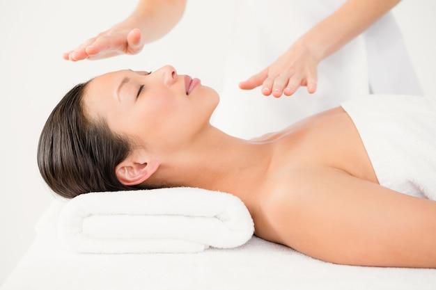 Frau, die alternative therapie empfängt