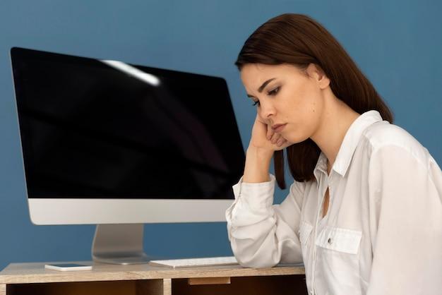 Frau, die am computer arbeitet