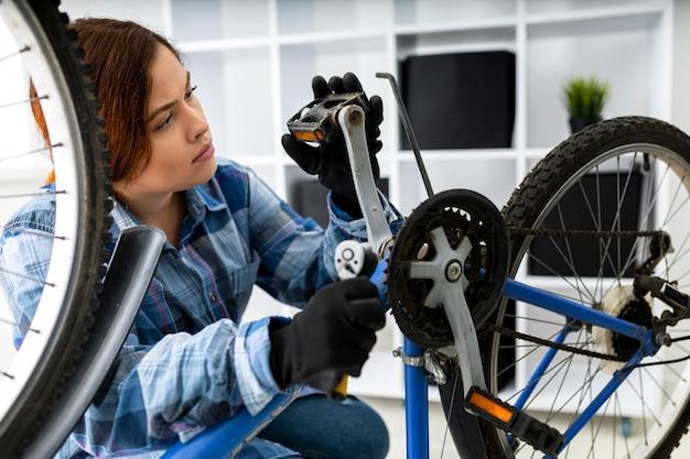 Frau, die am fahrrad arbeitet
