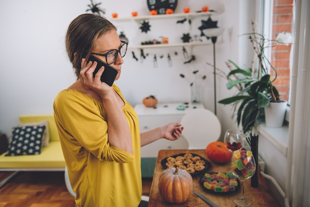 Frau, die am intelligenten telefon spricht