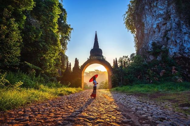 Frau, die am khao na nai luang dharma park in surat thani, thailand steht