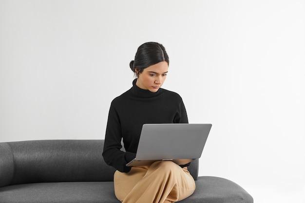 Frau, die am laptop arbeitet