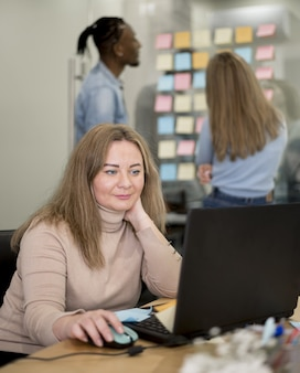 Frau, die am laptop im büro arbeitet