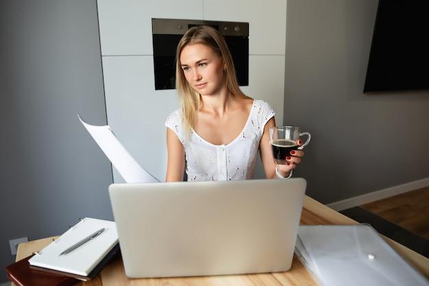 Frau, die am laptop zu hause arbeitet