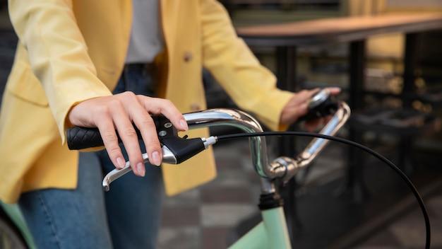 Frau, die am lenker des fahrrads festhält