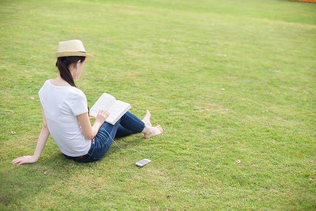 Frau, die am park lesen