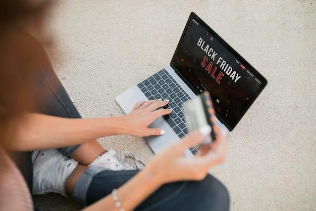 Frau, die am schwarzen freitag etwas auf einem laptop kaufen möchte