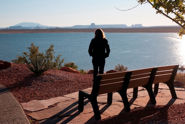 Frau, die am seeufer, see powell, glen canyon national recreation-bereich, arizona-utah, usa steht